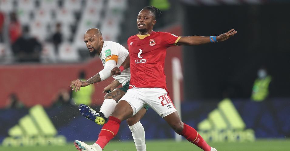 Felipe Melo e Walter Bwalya, durante a partida entre Palmeiras e Al Ahly