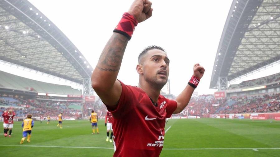 Léo, atacante ex-Corinthians e Santos, atuando no Japão. Jogador reforça o Shandong Luneng - Divulgação