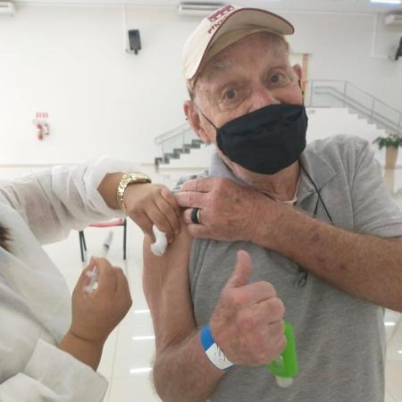 Silvio Luiz toma a segunda dose da vacina contra a covid-19 - Twitter