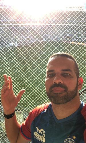 Diego Tavares, torcedor do Bahia, mostrando visão prejudicada no Allianz Parque
