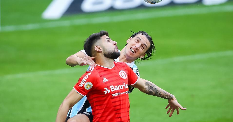 Zagueiro gremista Pedro Geromel disputa lance com Yuri Alberto, atacante do Inter, no clássico pelo primeiro turno do Brasileirão 2021