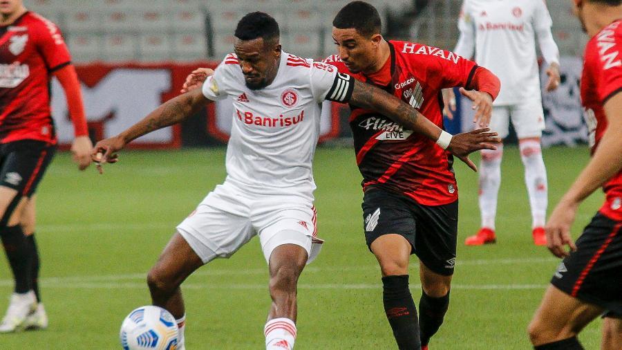 Edenilson marcou o gol do Inter contra o Athletico Paranaense, de pênalti - Gabriel Machado/AGIF