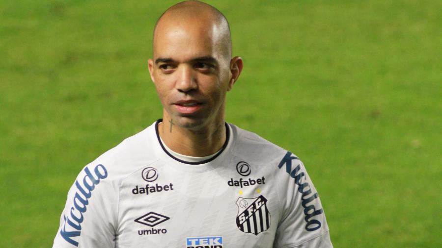 Diego Tardelli em direção ao banco de reservas da Vila Belmiro, em partida do Santos contra o Athletico -  Fernanda Luz/AGIF