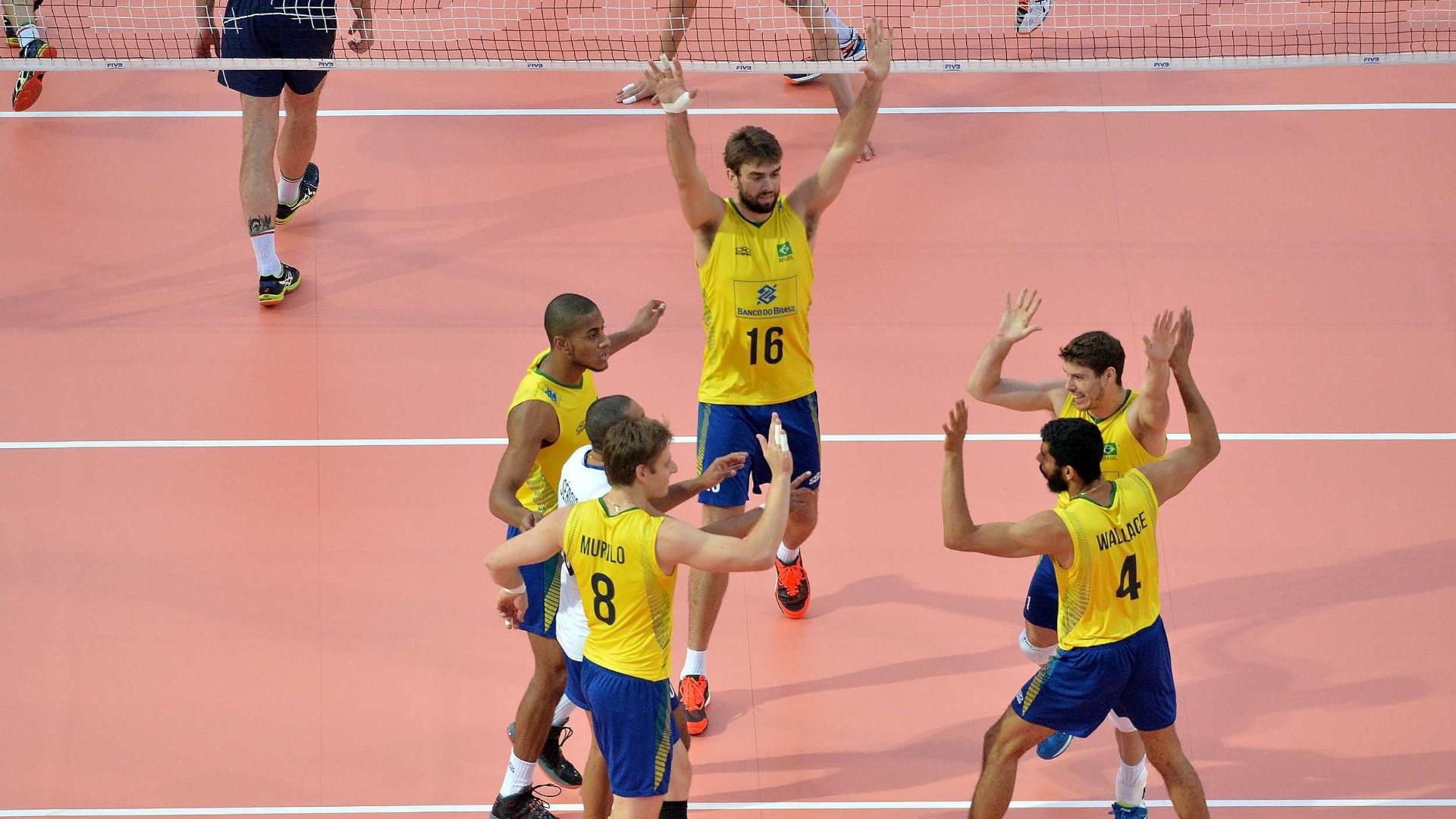 Jogadores brasileiros comemoram ponto contra os italianos