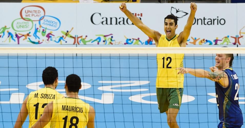 Brasileiros comemoram ponto marcado contra Porto Rico, na semi do vôlei masculino no Pan