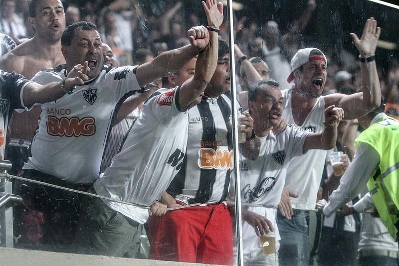 Torcida do Atlético-MG reclamou bastante da arbitragem no duelo com o Atlético-PR