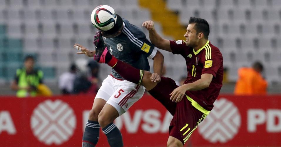 Meia venezuelano César Gonzalez disputa bola com o zagueiro paraguaio Bruno Valdez durante partida pelas Eliminatórias Sul-americanas para a Copa do Mundo de 2018
