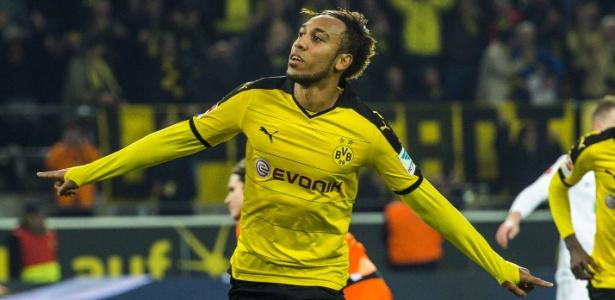 Aubameyang comemora gol marcado pelo Dortmund contra o Augsburg