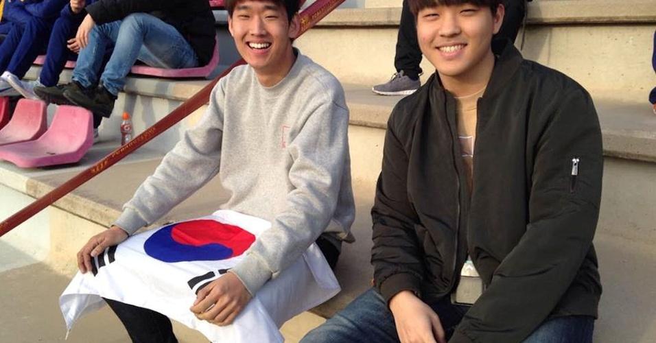 O estudante Seunghoon Lee (direita) veio de Seul para ver Lee em ação em Barcelona