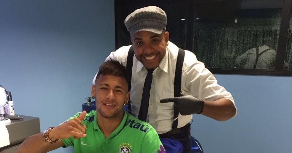Neymar e Perninha, responsável pelo corte do craque do Barcelona