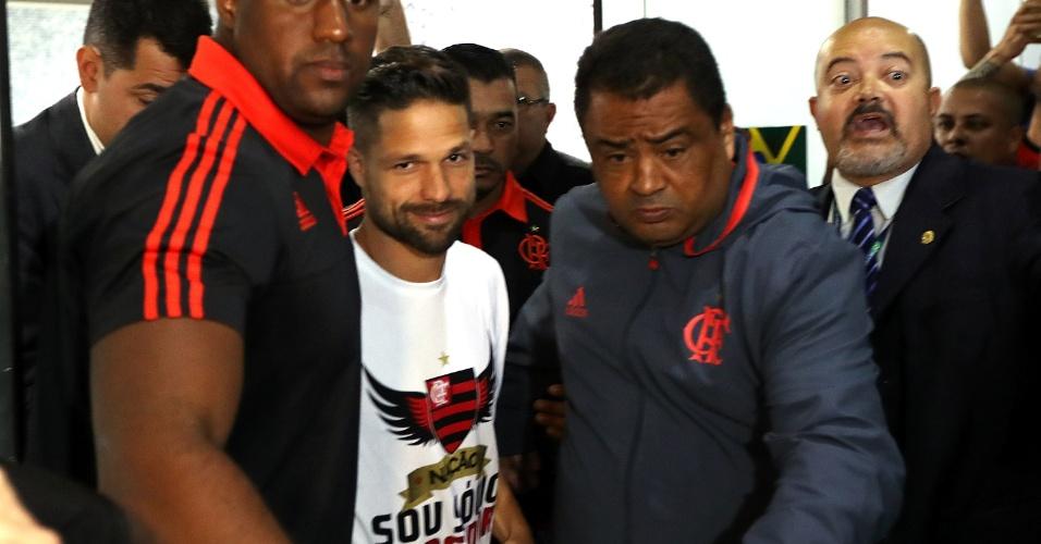 Cercado de seguranças, Diego desembarca no Aeroporto Santos Dumont, no Rio de Janeiro