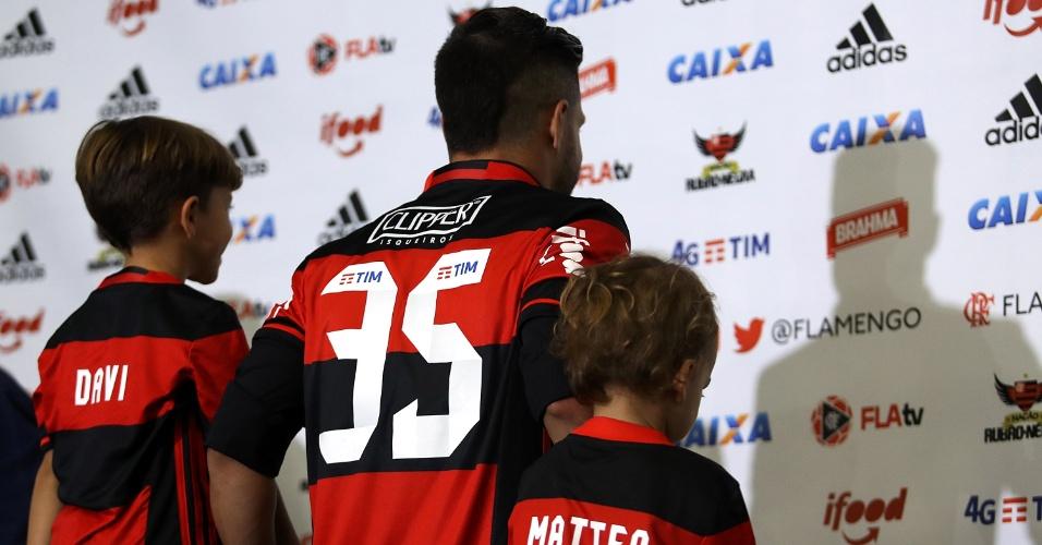 Diego mostra o número da camisa que vestirá no Flamengo: 35