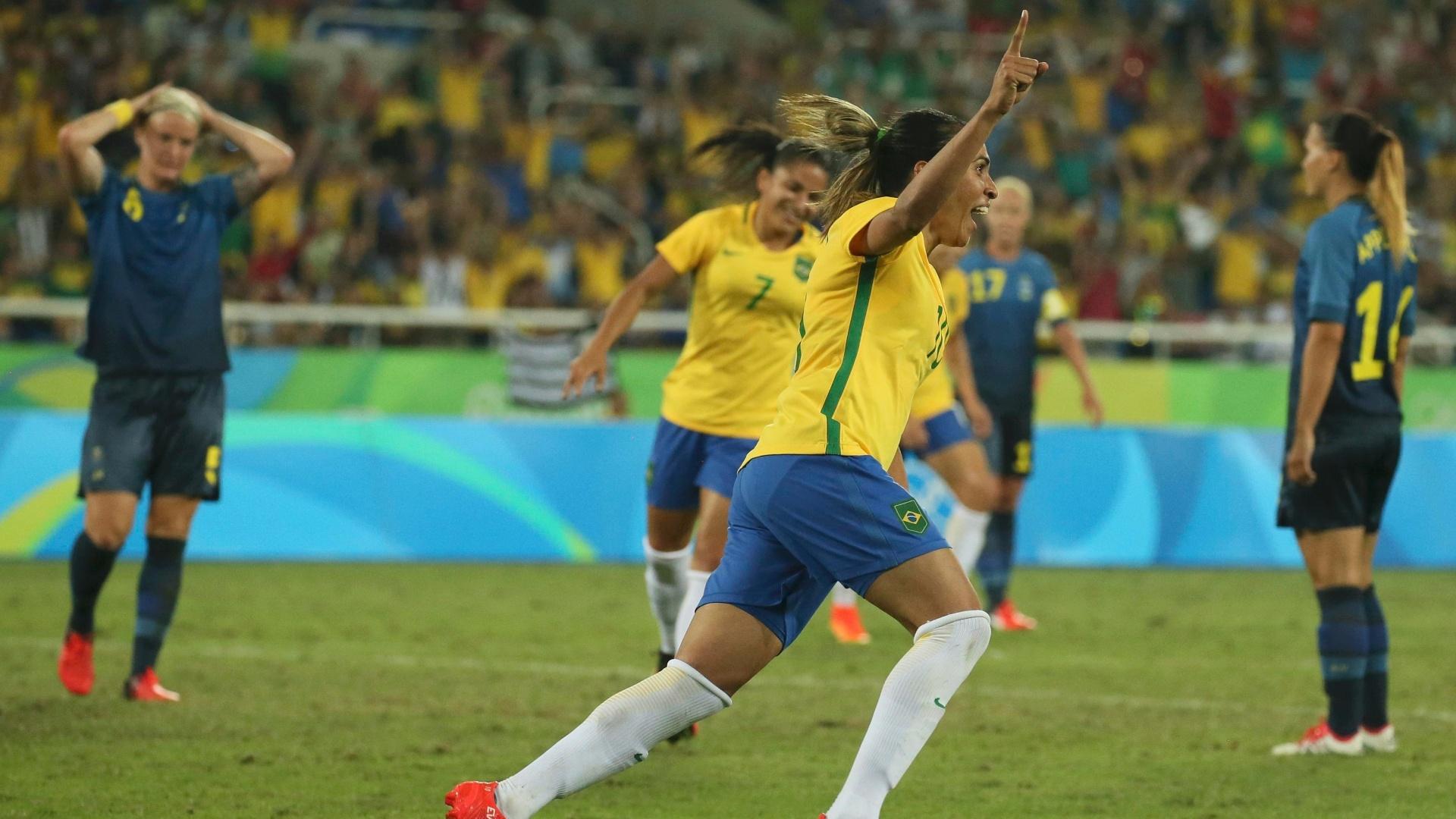 Mais uma vez, Marta marca e comemora o quarto gol da seleção brasileira