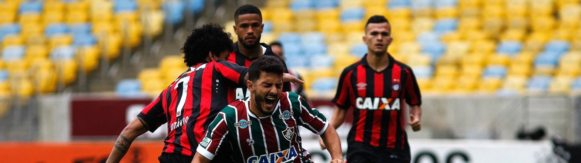 Marquinho sofre com a marcação do Atlético-PR