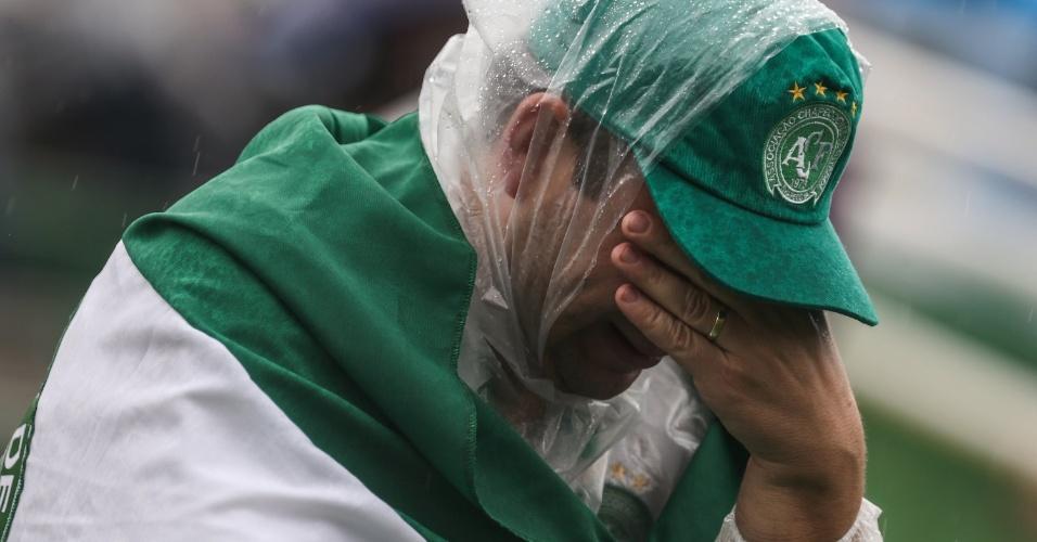 Na Arena Condá, homem chora a morte da delegação da Chapecoense