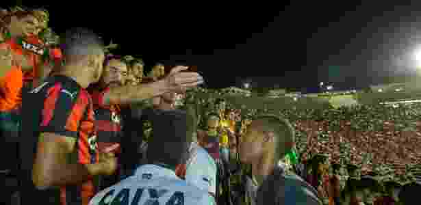 Ivã de Almeida, de braço esticado, é está afastado do cargo no Vitória - Divulgação/Vitória