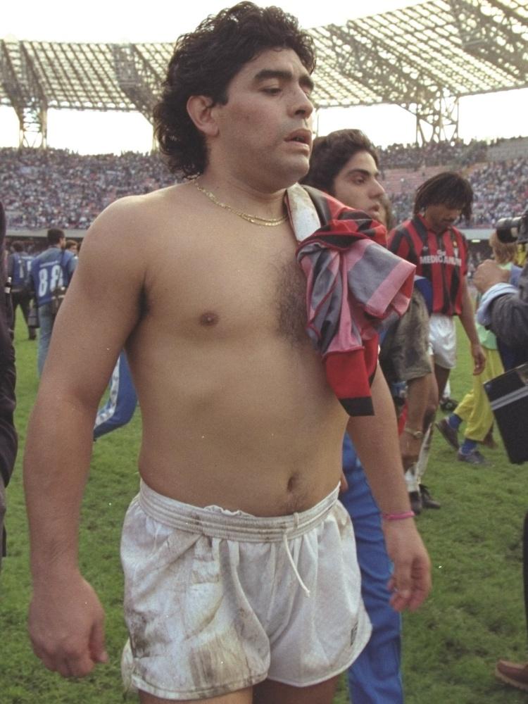 Maradona deixo o campo após partida do Napoli na Série A em 1990