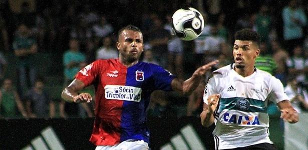 Alex Santana (esq) com a camisa do Paraná. Meia volta ao Inter