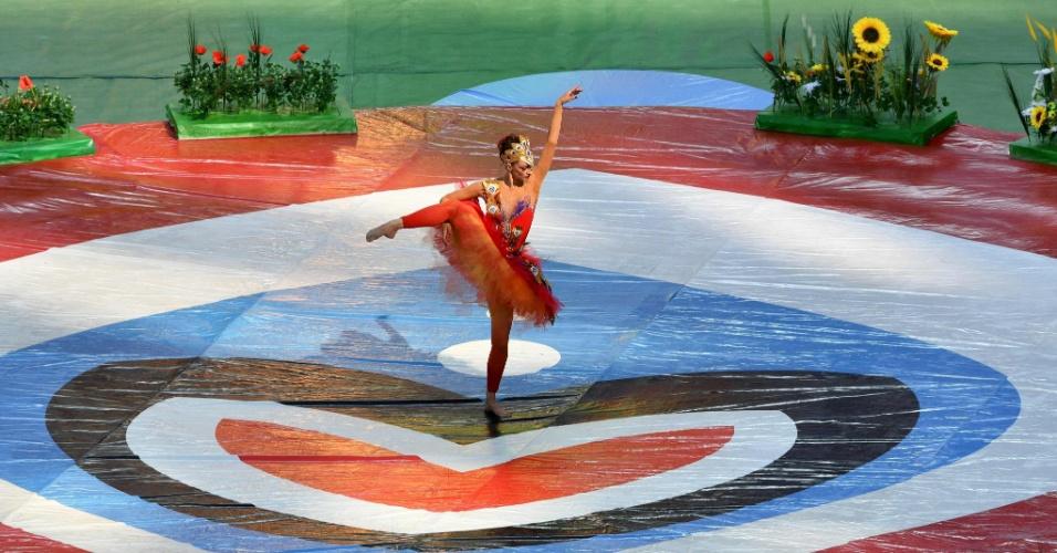 Bailarina se apresenta durante cerimônia de abertura da Copa das Confederações