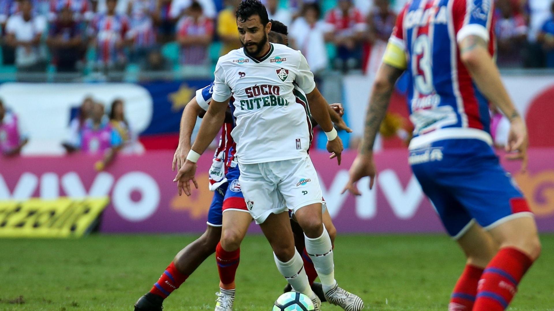 Henrique Dourado encara a marcação do Bahia