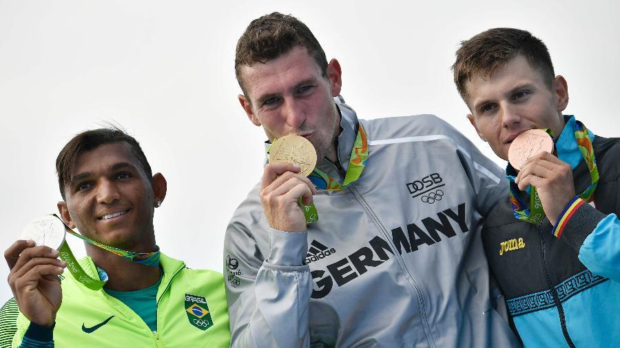 Serghei Tarnosvschi (à direita) perdeu a medalha de bronze na categoria C1 1000 m para rival russo - Jeff Pachoud/AFP Photo