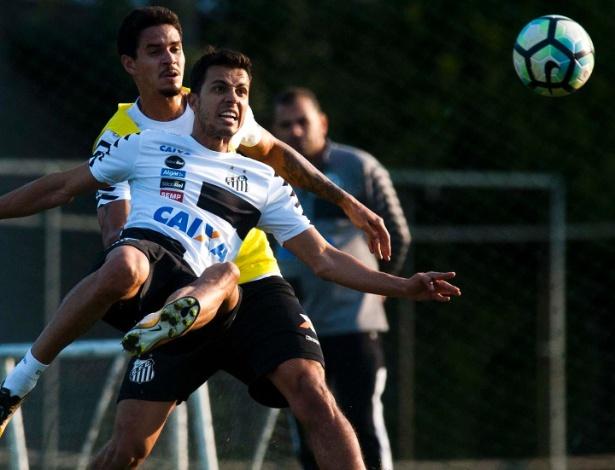 Nilmar fez até gol de bicicleta durante treinos do Santos nesta semana