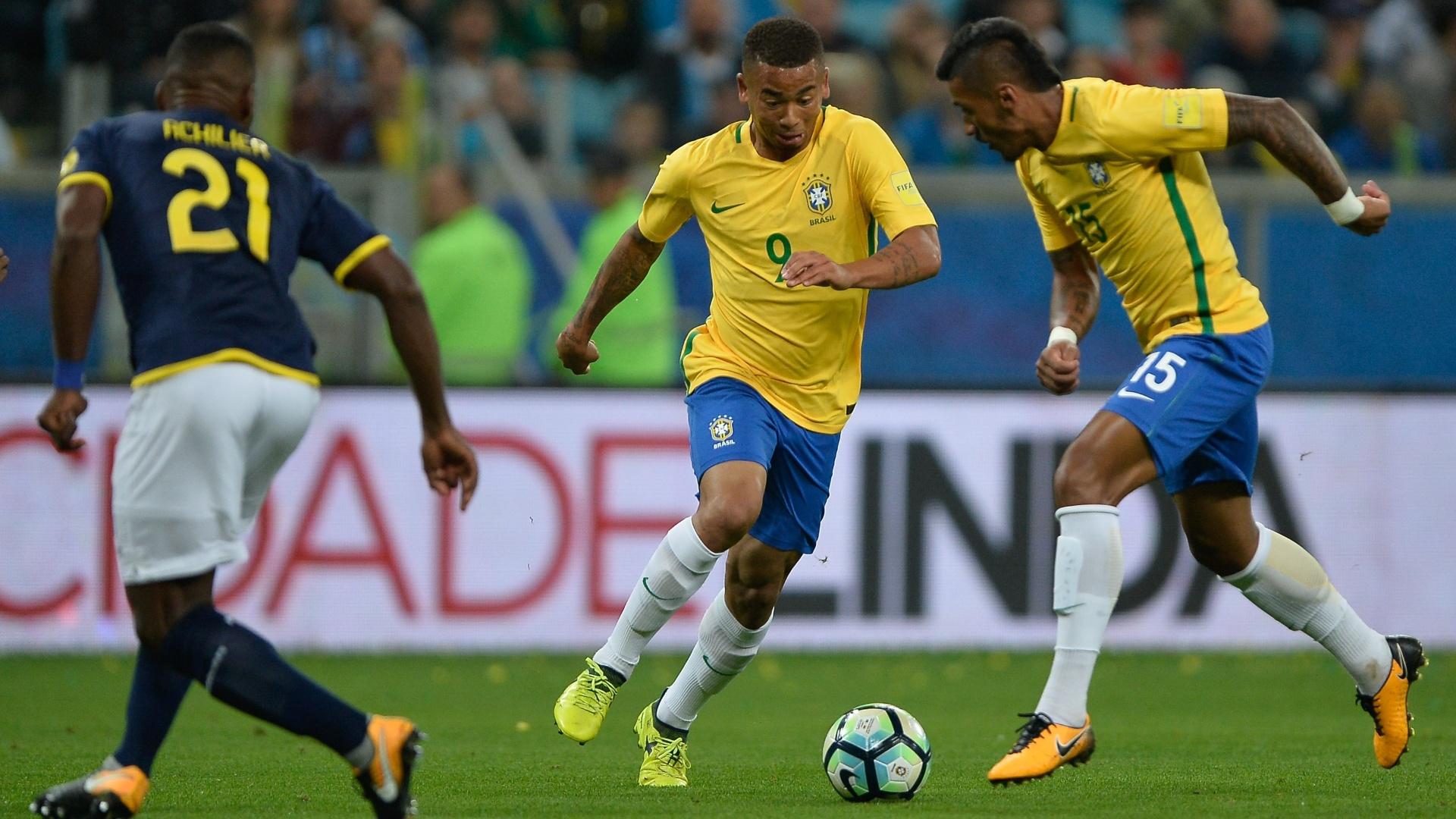 Gabriel Jesus e Paulinho participam de jogada no jogo entre Brasil e Equador