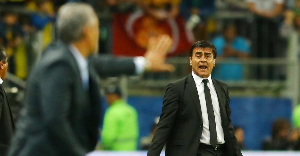 Gustavo Quinteros, técnico do Equador, reclama de lanec diante do olhar de Tite