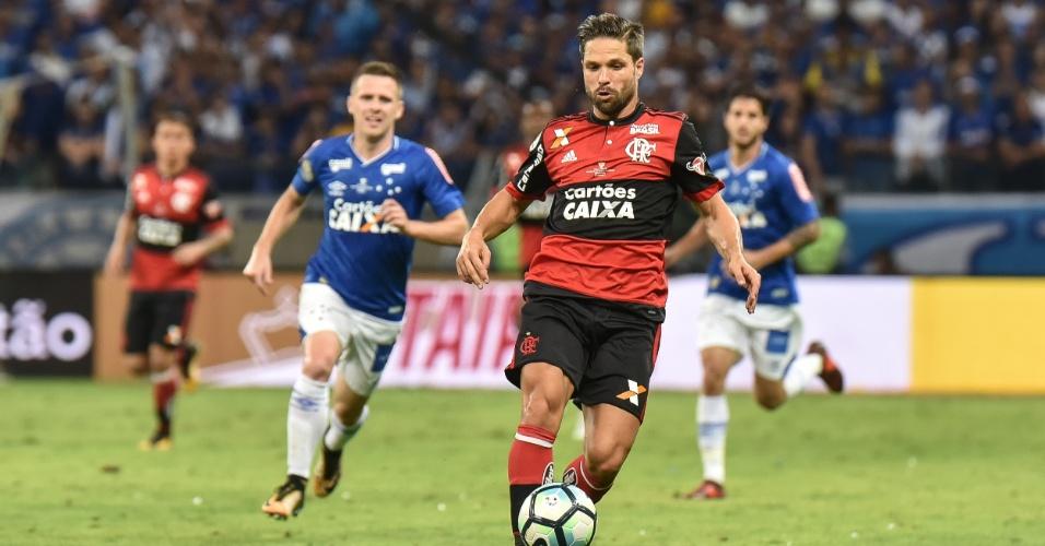 Diego carrega a bola pelo Flamengo na final contra o Cruzeiro