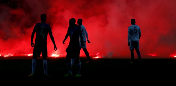 Jogadores de Estônia e Bósnia observam transtornos causados pela torcida visitante