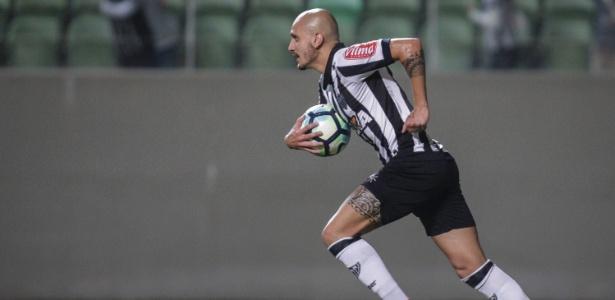 Novo contrato de Fábio Santos com o Atlético-MG vai até dezembro de 2020