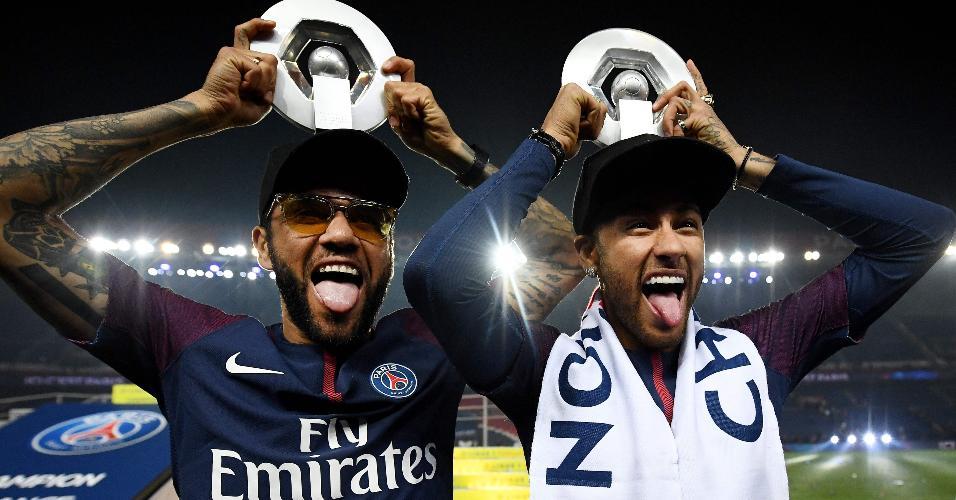 Daniel Alves e Neymar participam da festa de fim de temporada do PSG