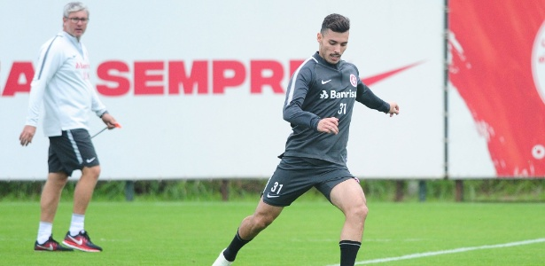 Zeca é titular da lateral direita do Internacional e se prepara para São Paulo e Santos