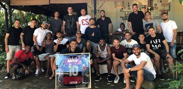 Ederson, ao centro segurando camisa do Fla, reuniu companheiros em despedida