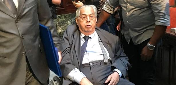 Em uma cadeira de rodas, Eurico Miranda chega para evento em homenagem ao Vasco - UOL