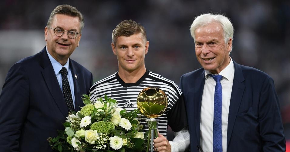 Toni Kroos recebe troféu de melhor jogador da temporada antes de Alemanha x França