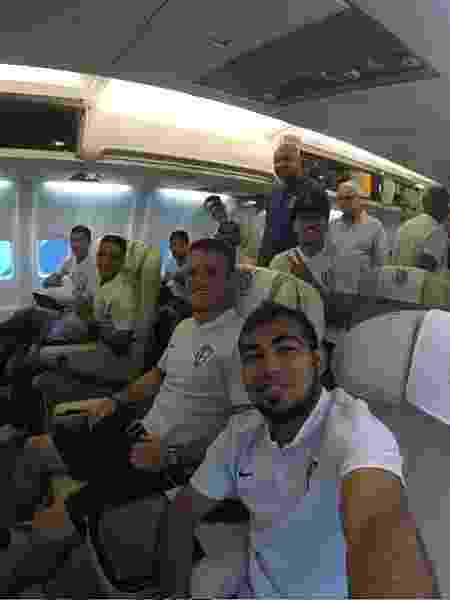 Jogadores do Corinthians posam para foto em voo fretado para jogo recente em 2019 - Reprodução