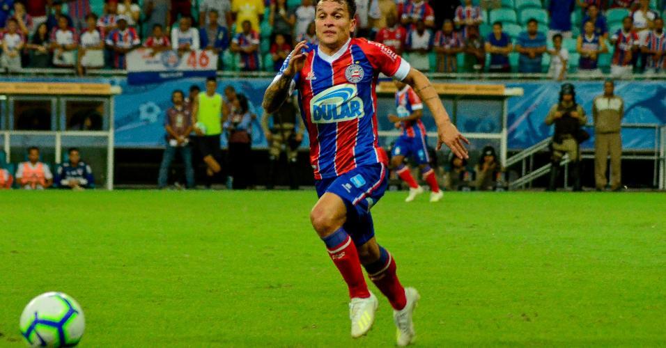Artur corre atrás da bola na partida entre Bahia X São Paulo pela Copa do Brasil