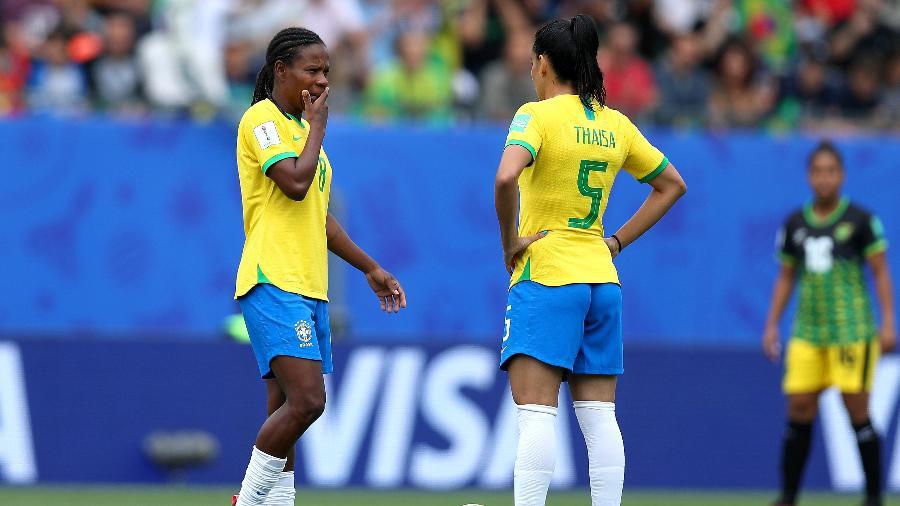 Formiga e Thaísa se preparam para iniciar o jogo da seleção brasileira contra a Jamaica - Naomi Baker - FIFA/FIFA via Getty Images