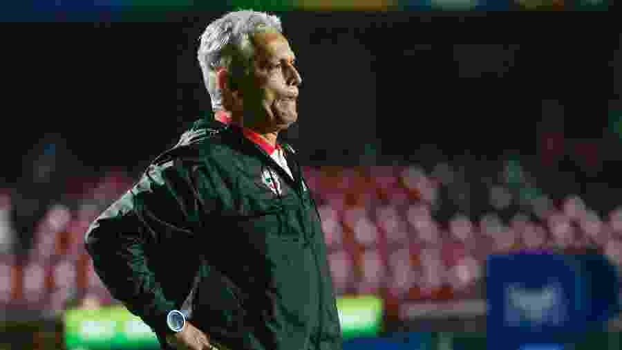Reinaldo Rueda à beira do campo durante partida do Chile  - Marcello Zambrana/AGIF