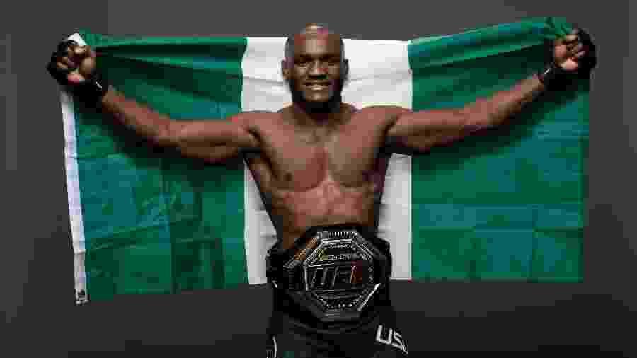 Kamaru Usman posa com cinturão do UFC - Mike Roach/Zuffa LLC