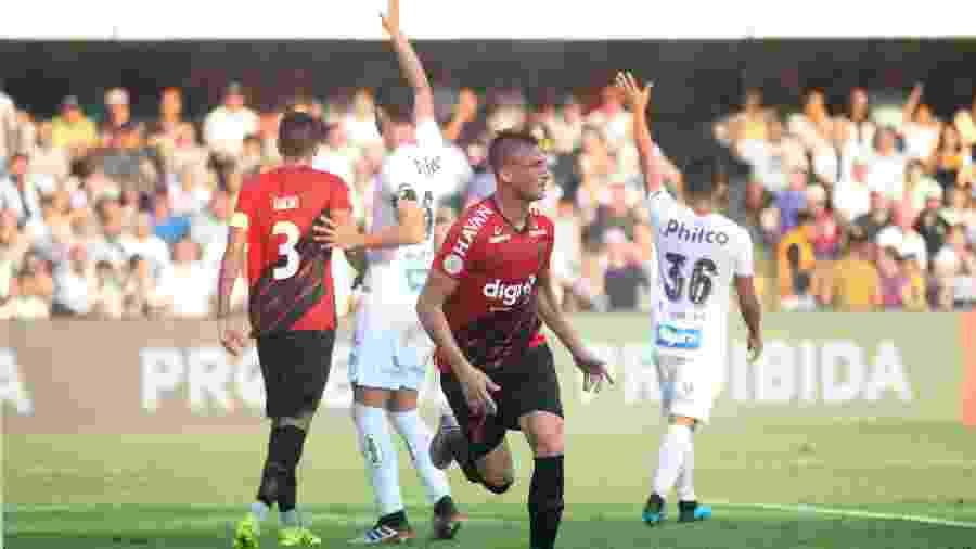 Brayan Romero comemora após abrir o placar para o Athletico-PR contra o Santos - Fernanda Luz/AGIF