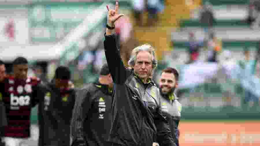 Jorge Jesus acena para torcida após vitória do Flamengo sobre a Chapecoense - Renato Padilha/AGIF