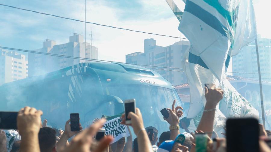 Ônibus do Guarani na chegada da delegação ao estádio Brinco de Ouro da Princesa, em Campinas, antes do clássico contra a Ponte Preta - Rebeca Reis/AGIF
