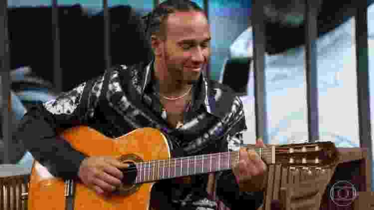 Lewis Hamilton tocou violão por alguns segundos durante o Conversa com Bial - Reprodução/TV Globo - Reprodução/TV Globo