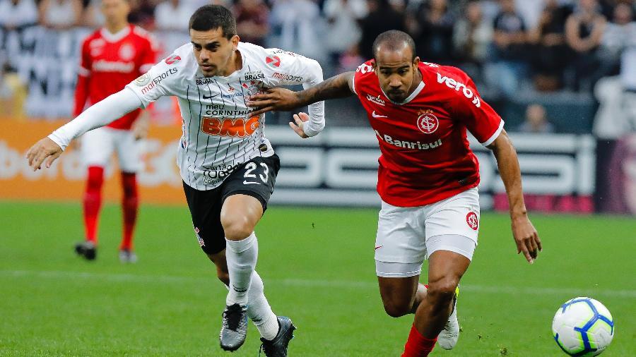 Fagner, lateral do Corinthians, disputa lance com Patrick, meia do Internacional, em jogo do Brasileirão de 2019 - Daniel Vorley/AGIF