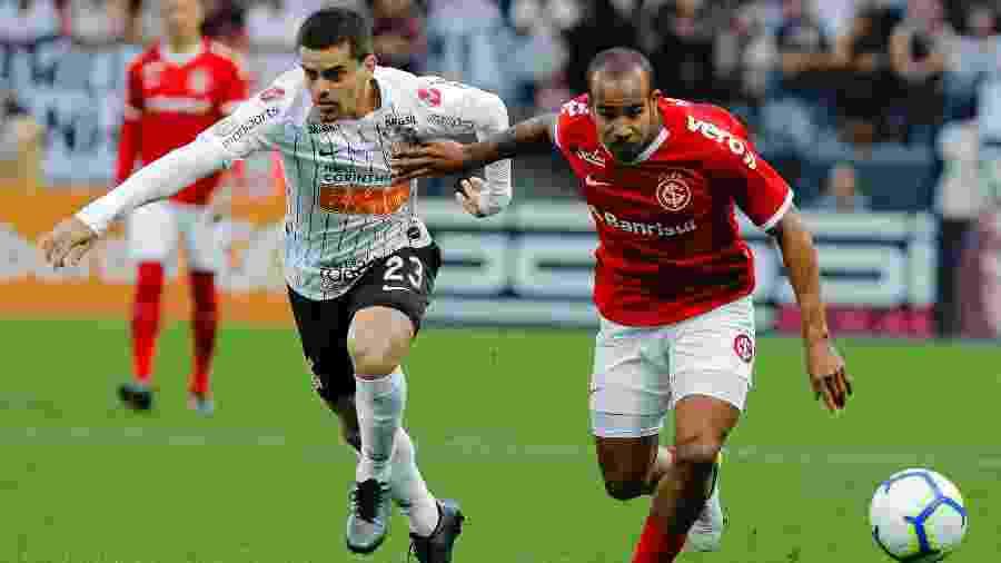 Fagner, lateral do Corinthians, disputa lance com Patrick, meia do Internacional, em jogo do Brasileirão 2019 - Daniel Vorley/AGIF