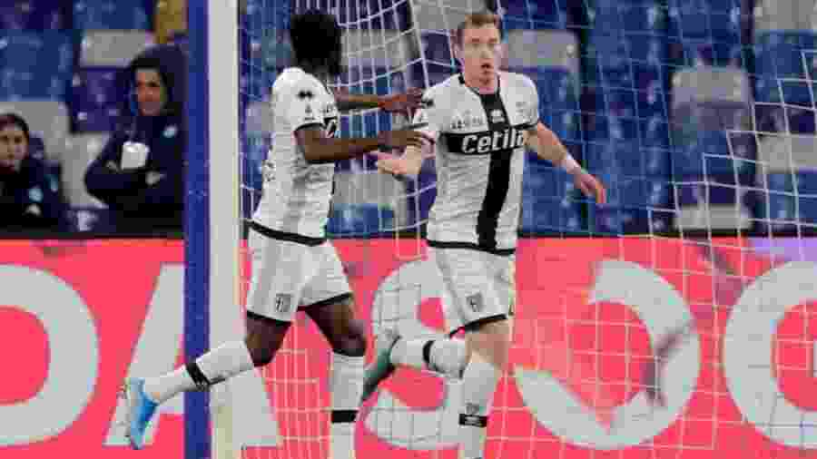 Dejan Kulusevski (à direita) atuou pelo Parma antes de se transferir para a Juventus - REUTERS/Ciro De Luca/