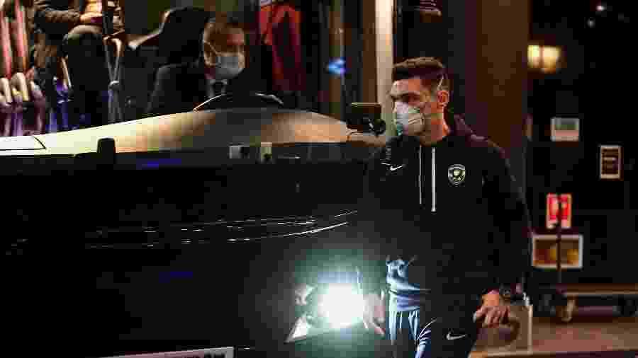 Jogadores do Ludogorets usam máscaras de proteção por temor de covid-19, o novo coronavírus, ao chegarem na Itália para o duelo contra a Inter de Milão pela Liga Europa - Miguel Medina/AFP