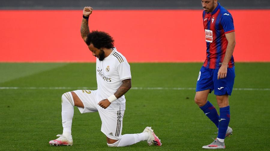 Marcelo comemora gol do Real Madrid contra o Eibar com manifestação contra o racismo - Pierre-Philippe Marcou/AFP